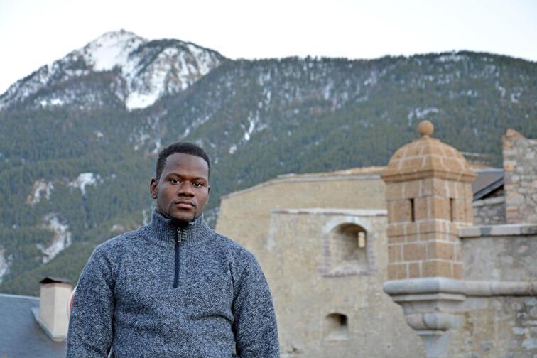 Mamadou Ba, Malien de 28 ans, a perdu ses deux pieds lors de la nuit passée dans la montagne avant de rejoindre la France.