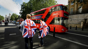 Britânicos partidários do Brexit pelas ruas de Londres, na última sexta-feira (24).