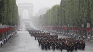 Participação de tropas africanas no desfile militar francês.