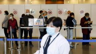 香港政府,面對疫苗接種率不理想的情況,決定分階段放寬食肆、酒吧、外游及到老人院舍探視家人的限制措施,但前提是員工和市民接種疫苗或下載「安心出行」程序