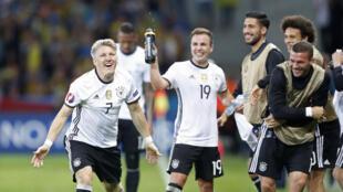 Cầu thủ Đức vui mừng chiến thắng trước đội Ukraina.