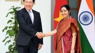 Bộ trưởng Ngoại Giao  Phạm Bình Minh (T) và ngoại trưởng Ấn Sushma Swaraj trước cuộc trao đổi tại New Delhi, ngày 4/07/2017.