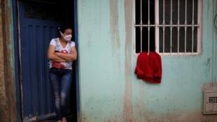 Un tissu rouge est accroché à la fenêtre d'une maison en signe de faim, le 21 avril 2020 à Bogota.