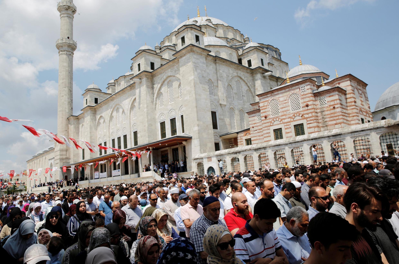 Prière funéraire à la mémoire de l'ancien président égyptien Mohamed Morsi, à Istanbul, le 18 juin.