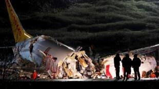 Avião da companhia Pegasus caiu na hora da aterrissagem em Istambul.