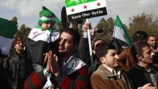 Manifestantes sírios protestam do lado de fora do hotel onde se reuniu a Liga Árabe neste domingo, no Cairo.