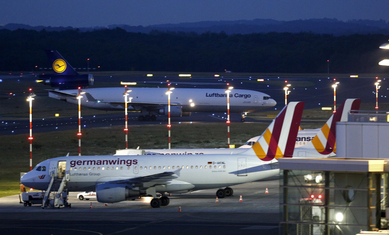Avião de carga da Lufthansa no aeroporto de Düsseldorf, na Alemanha, traz os corpos de 44 vítimas do acidente da Germanwings.