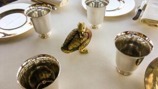 На каждом столе гостей обязательно ждет утка, хрустальная, фарфоровая, керамическая или жареная