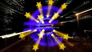 Hình ảnh đồng euro được phóng to trên tường trụ sở cũ của Ngân Hàng Trung Ương Châu Âu, Frankfurt, Đức, ngày 09/04/2019.