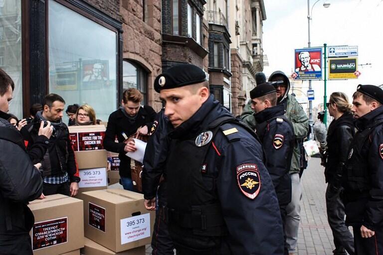 Полиция задержала ЛГБТ-активистов, направлявшихся в Генеральную прокуратуру с петицией в защиту геев в Чечне, Москва, 11 мая 2017 года.
