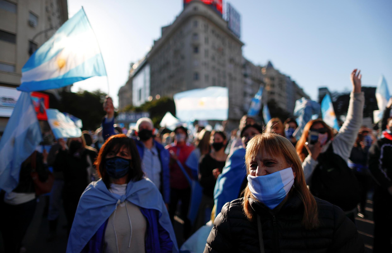 Des manifestants argentins défilent à Buenos Aires contre le gouvernement et la réforme de la justice, le 17 août 2020.