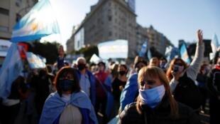 Manifestantes marchan en Buenos Aires contra el Gobierno y la reforma de la justicia, el 17 de agosto de 2020.