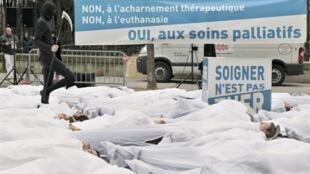 Des opposants à l'euthanasie se sont rassemblés à l'appel de l'Alliance pour les droits de la vie, le 25 janvier 2011 rue de Vaugirard près du Sénat à Paris.