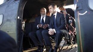 Nicolas Sarkozy aux côtés du président haïtien René Préval dans l'hélicoptère à bord duquel les deux hommes ont survolé les régions dévastées, le 17 février 2010.