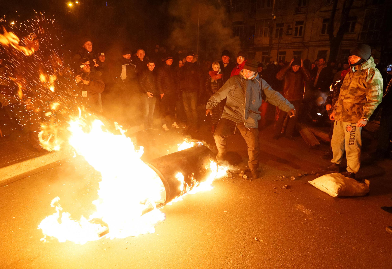 Một nhóm người ủng hộ ông Mikhail Saakashvili biểu tình đốt phá bên ngoài một khu tạm giam nhà đối lập với tổng thống Ukraina Porochenko, Kiev, ngày 09/12/2017.