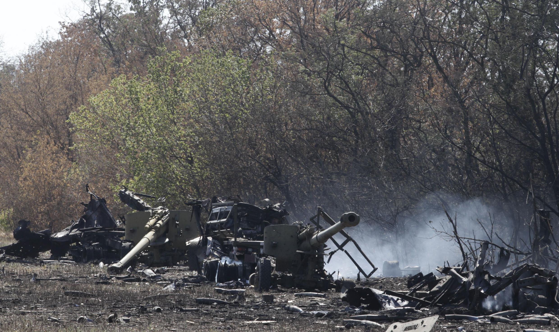 Blindado do exercito da Ucrânia destruído durante combates em Mariupol e perto do aeroporto de Donetsk. 6 de setembro de 2014.