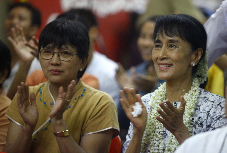 Nhà đối lập Aung San Suu Kyi (phải) tại chương trình âm nhạc kỷ niệm sinh nhật lần thứ 66 của bà, tổ chức tại trụ sở Liên đoàn Quốc gia Vì dân chủ tại Răngun ngày 16/6/11.