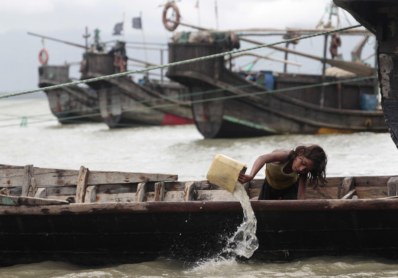 Les Rohingyas traversent la rivière Naf pour tenter de trouver refuge au Bangladesh.