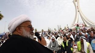Sheikh Abdul-Jalil Mukdad, preaches during Friday prayers at Pearl Square in Bahraini capital Manama, 25 February 2011