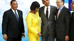 No Panamá, Barack Obama se prepara para foto ao lado da primeira-ministra da Jamaica, Portia Simpson Miller, e do primeiro-ministro das Bahamas, Perry Christie (e.).