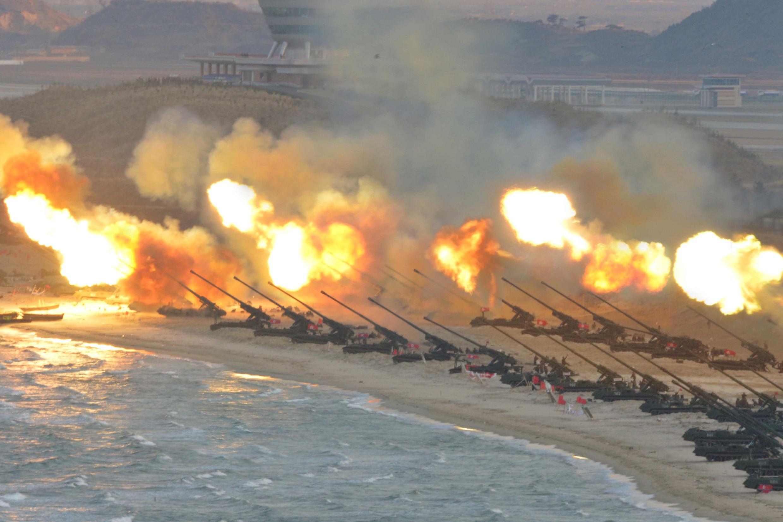 Une photographie montrant un exercice de tirs d'artillerie nord-coréenne, publiée par l'agence de presse centrale de Corée du Nord, le 25 mars 2016.