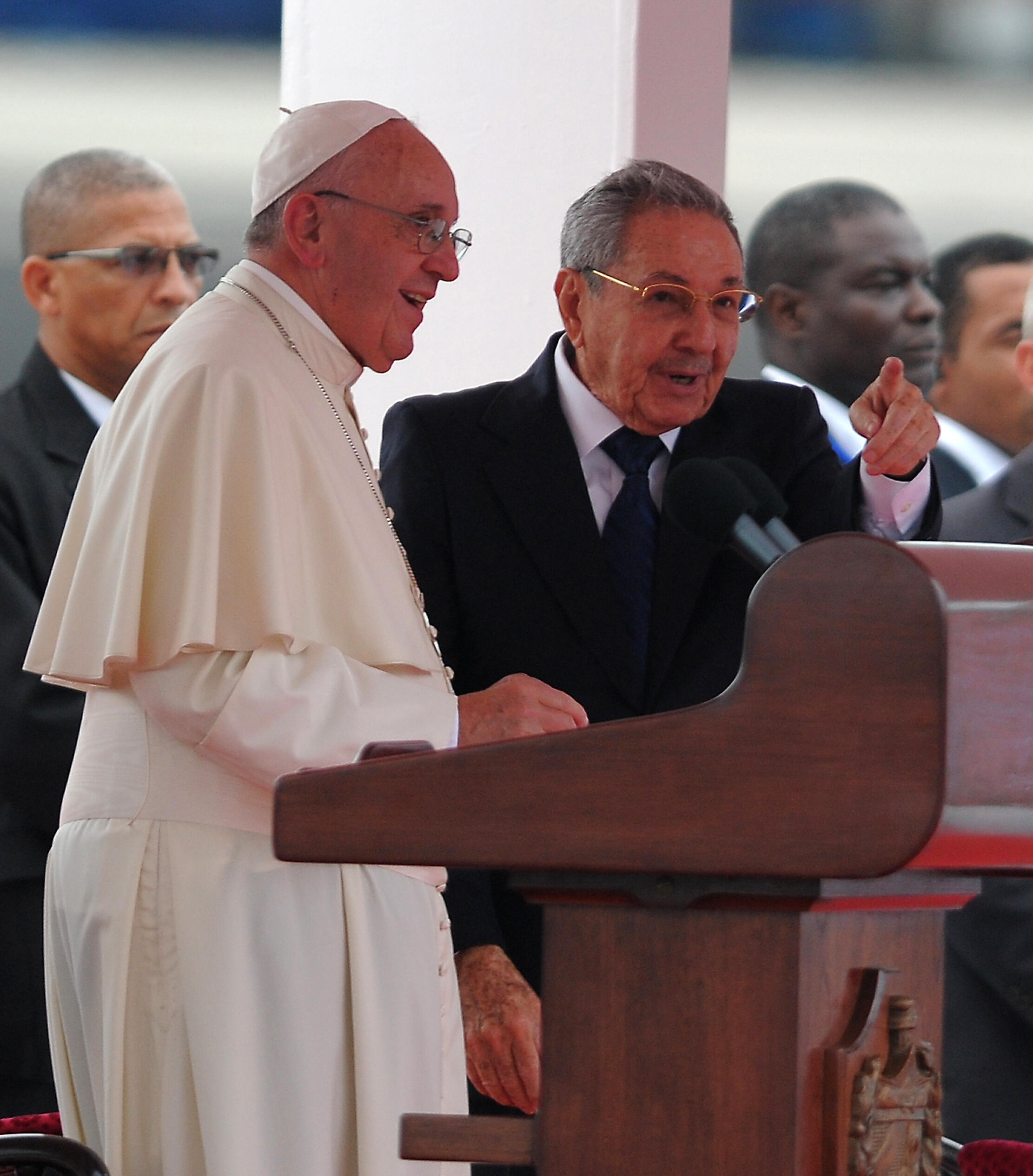 Papa Francisco, recebido este sábado, 19 de setembro, no aeroporto José Martí de Havana, pelo Presidente cubano, Raúl Castro.
