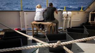 Migrantes a bordo do Aquarius,a 25 de Setembro de 2018, após terem sido resgatados ao largo da Líbia.