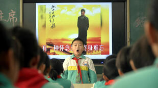 毛泽东冥诞125周年,山东聊城一小学在毛像前宣誓。