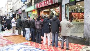 Французские мусульмане совершают намаз на улице