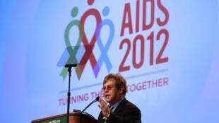Ca sĩ Elton John phát biểu tại Hội nghị quốc tế lần thứ 19 về SIDA tại Washington (Reuters)