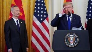 美国总统特朗普与中国副总理刘鹤在白宫签署中美第一阶段贸易协议