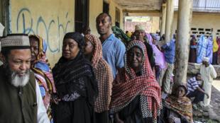 Devant le bureau de vote de Mbeni, à 50 km de Moroni, pour le premier tour des élections législatives, le 25 janvier; le taux de participation national était de 71% contre 55% seulement dans la capitale.