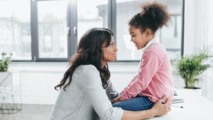 Le bégaiement peut apparaître à tout moment dans la vie d'une personne, même s'il survient essentiellement durant l'enfance.