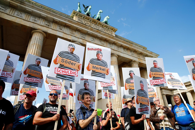 """Os manifestantes reclamam da """"ditadura"""" das medidas contra a Covid-19, pedem a saída de Angela Merkel e a realização de eleições antecipadas em outubro. (29/08/2020)"""