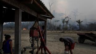 Khói cháy rừng Amazon ảnh hưởng đến sinh hoạt hàng người dân Brazil, bang Rondônia, gần Porto Velho, ngày 27/08/2019.