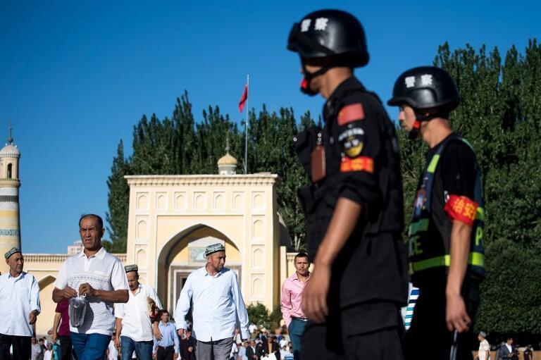 Ảnh minh họa: Cảnh sát Trung Quốc giám sát an ninh trước cửa một nhà thời Hồi Giáo của người Duy Ngô Nhĩ ở Tân Cương. Ảnh chụp ngày 26/06/2017.