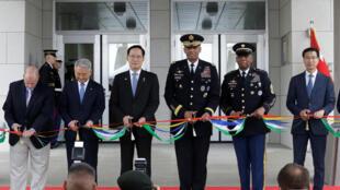 Bộ trưởng Quốc Phòng Hàn Quốc Song Young Moo (giữa, trái) và tướng Mỹ Vincent Brooks (giữa, phải) cắt băng khánh thành trụ sở mới của Bộ chỉ huy lực lượng Mỹ tại Hàn Quốc (USFK) ở Pyeongtaek ngày 29/06/2018.