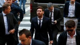 Kaftin din Barcelona Lionel Messi tare da mahaifinsa Jorge Horacio Messi daga bayansa, a harabar wata kotun Spain, yayin shari'a kan kudaden haraji. 2/6/2016.