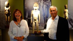 Les collectionneurs François et Marie Christiaens entourés des sculptures lobi dans l'exposition « Les bois qui murmurent. La grande statuaire lobi », à l'Ancienne Nonciature, Bruxelles.