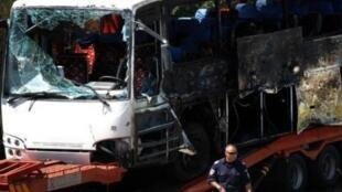 830x532_carcasse-bus-israelien-lequel-trouvaient-victimes-attentat-suicide-a-aeroport-bourgas-bulgarie-19-juillet-2012