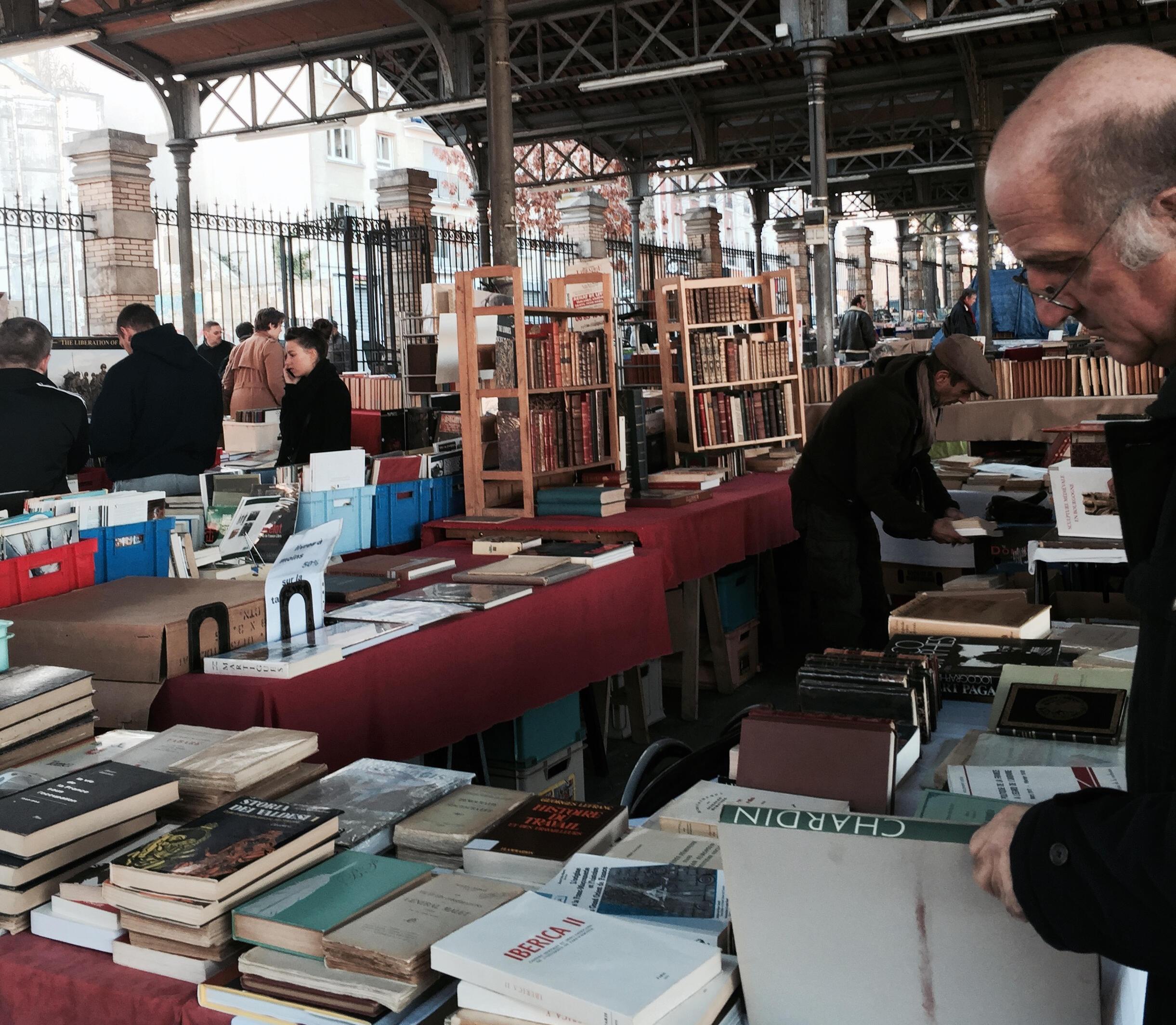 بازار کتاب در محله پانزدهم پاریس هر شنبه و یکشنبه پذیرای دوستداران کتاب است