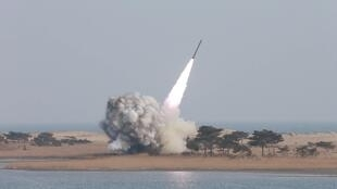 Một cuộc bắn thử hỏa tiễn của quân đội Bắc Triều Tiên. Ảnh KCNA cung cấp ngày 04/03/2016.