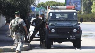 Des soldats libanais patrouillent le long de la toute menant à l'aéroport de Beyrouth, à la suite du kidnapping de deux pilotes de la Turkish Airlines, le 9 août  2013.