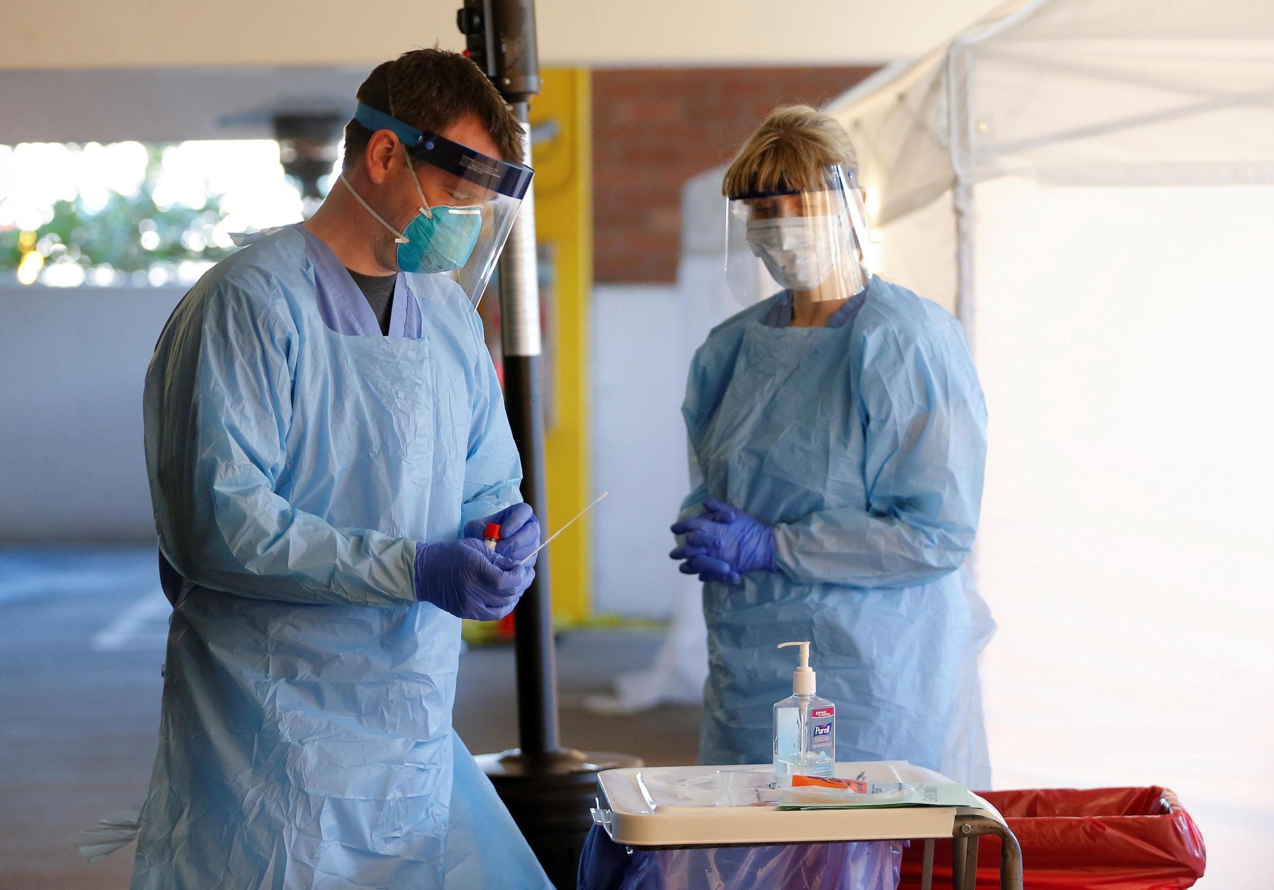 Ảnh tư liệu: Một nhân viên y tế đang lấy mẫu xét nghiệm tại Trung tâm Y tế Northwest, Seattle, Washington, ngày 09/03/2020