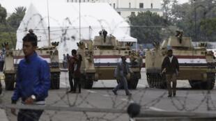 Tanques fecham a Praça Tahrir, no Cairo, nesta segunda-feira.