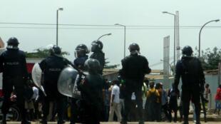 Importante dispositivo da polícia angolana em Luanda, a 23 de novembro de 2013.