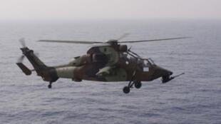 Một trực thăng chiến đấu của Pháp cất cánh từ chiến hạm Tonnerre tại Địa Trung Hải để tham gia hoạt động quân sự của NATO tại Libya ngày 3/6/11.