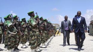 Rais wa Burundi, Pierre Nkurunziza akikagua gwaride la heshima la askari wake walioko nchini Somalia, 22 April 2014.