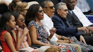 Tổng thống Obama (thứ ba phải sang), cùng gia đình, và chủ tịch Cuba Raul Castro (thứ hai phải sang) xem trận bóng chày giữa đội tuyển Cuba và một đội bóng Mỹ, ngày 22/03/2016.