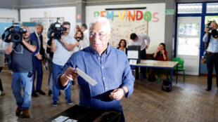 Le Premier ministre portugais Antonio Costa, candidat du Parti socialiste (PS) dans un bureau de vote, en train de voter pour les élections législatives à Lisbonne, le 6 octobre 2019.
